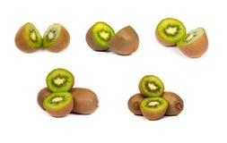 L'insieme del kiwi ha tagliato a metà su bianco Fotografie Stock