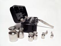 L'insieme del laboratorio pesa le pinzette d'acciaio e la scatola Immagini Stock