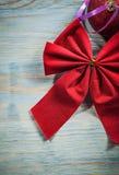 L'insieme del Natale rosso annoda la palla sul concetto di feste del bordo di legno Immagini Stock Libere da Diritti