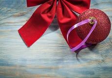 L'insieme del Natale rosso piega la palla sul concetto di feste del bordo di legno Fotografia Stock Libera da Diritti