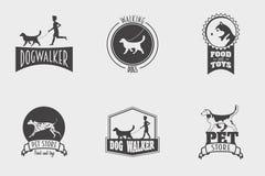 L'insieme del negozio di animali o del deposito di vettore, il logos del camminatore del cane e le etichette progettano i modelli illustrazione di stock