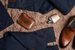 L'insieme del ` s degli uomini copre quale il rivestimento scuro del vestito Fotografie Stock