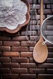 L'insieme del setaccio di legno del fiore della ciotola del cucchiaio ed uovo-sbatte Immagini Stock Libere da Diritti