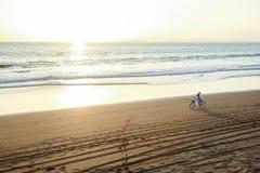 L'insieme del sole la bici, voi e me di che altro avete bisogno? immagini stock