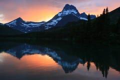 Lago corrente rapido al Glacier National Park di tramonto Immagine Stock