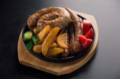 L'insieme delizioso delle salsiccie bavaresi, assottiglia le salsiccie del manzo ed ha fritto Fotografia Stock