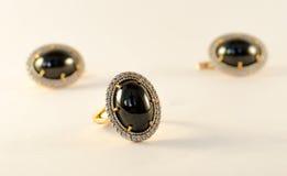 L'insieme dell'anello e degli orecchini Fotografie Stock Libere da Diritti