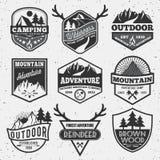 L'insieme dell'avventura di campeggio all'aperto monocromatica e la montagna badge