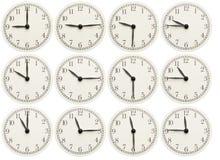 L'insieme dell'ufficio cronometra la mostra del tempo vario isolato su fondo bianco fotografia stock