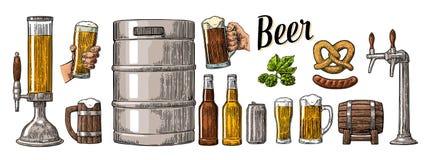 L'insieme della birra con due mani che tengono i vetri aggredisce e spilla, può, barile, la salsiccia, la ciambellina salata, bot Immagini Stock