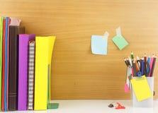 L'insieme della cancelleria con il libro sistema nella fila, gruppo di matita di colore Fotografie Stock Libere da Diritti