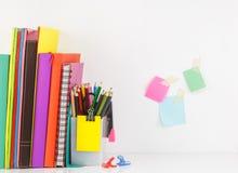 L'insieme della cancelleria con il libro sistema nella fila, gruppo matita AG di colore Immagini Stock Libere da Diritti