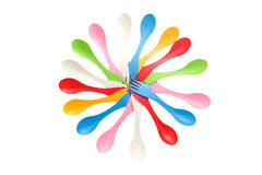 L'insieme della coltelleria di campeggio varicolored di plastica foggia i cucchiai e la forchetta Fotografie Stock Libere da Diritti