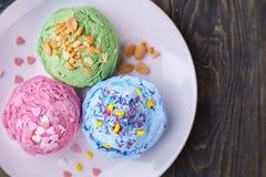 L'insieme della fragola, del pistacchio e del mirtillo ha condito lo Sc del gelato fotografia stock libera da diritti