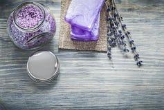 L'insieme della lavanda fatta a mano del sapone ha sentito la copertura del barattolo del sale marino del bagno sopra Fotografia Stock