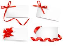 L'insieme della nota della scheda con il regalo rosso si piega con i nastri. Immagini Stock