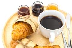 L'insieme della prima colazione ha un vassoio di caffè, il croissant, inceppamenti Fotografia Stock