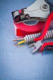 L'insieme della tubatura di comportamento del nastro dell'isolamento cabla la striscia tagliente delle pinze Fotografia Stock
