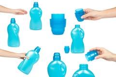 L'insieme delle bottiglie di plastica per i prodotti di pulizia, bottiglia blu con il detersivo liquido a disposizione, cappuccio Fotografia Stock Libera da Diritti