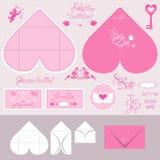 L'insieme delle carte dell'invito di nozze e le buste nel cuore modellano Fotografie Stock Libere da Diritti