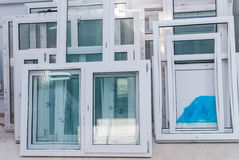 L'insieme delle finestre di plastica di UPVC, aspetta per installare fotografia stock libera da diritti