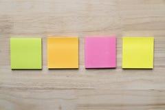 L'insieme delle note appiccicose di carta verdi, arancio, rosa e gialle ha incollato la o Fotografia Stock