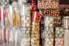 L'insieme delle scatole con la bella decorazione di Natale gioca Fotografie Stock Libere da Diritti