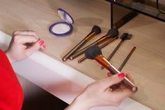 l'insieme delle spazzole di trucco ha sparso a caso sui precedenti di legno, Fotografia Stock Libera da Diritti