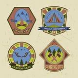 L'insieme di campeggio dell'annata e del logo all'aperto di avventura badges ed etichette Fotografie Stock Libere da Diritti