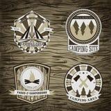 L'insieme di campeggio dell'annata e del logo all'aperto di avventura badges ed etichette Immagini Stock Libere da Diritti
