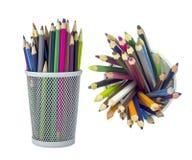 L'insieme di colore disegna a matita in contenitore di griglia del metallo Fotografie Stock Libere da Diritti