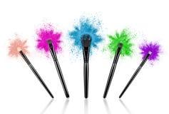 L'insieme di compone le spazzole con polvere colourful spruzza fotografie stock