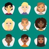 L'insieme di diversi avatar rotondi con il facial caratterizza i caratteri differenti della gente dei vestiti e delle acconciatur illustrazione di stock
