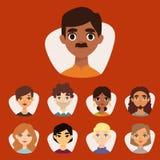 L'insieme di diversi avatar rotondi con il facial caratterizza i caratteri differenti della gente dei vestiti e delle acconciatur royalty illustrazione gratis