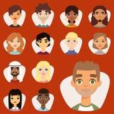 L'insieme di diversi avatar rotondi con il facial caratterizza i caratteri differenti della gente dei vestiti e delle acconciatur Immagine Stock