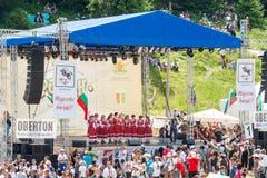 L'insieme di folclore sulla fase principale del festival Rozhen in Bulgaria Fotografie Stock Libere da Diritti