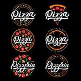 L'insieme di pizza e la pizzeria passano scritto l'iscrizione del logo con lettere, etichetta, distintivo Fotografia Stock