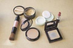 L'insieme di polvere cosmetica decorativa, rossetto, arrossisce Immagine Stock