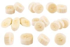 L'insieme di di recente affetta le banane isolate su bianco Fotografie Stock Libere da Diritti