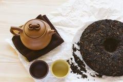 L'insieme di tè dell'argilla di Yixing di cinese con la teiera e le tazze per provare nuovo si aprono Immagini Stock Libere da Diritti