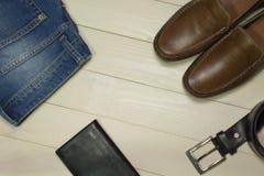 L'insieme di uomo il modo e gli accessori su fondo di legno Fotografia Stock