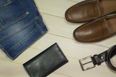 L'insieme di uomo il modo e gli accessori su fondo di legno Immagine Stock
