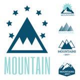 L'insieme di vettore degli emblemi d'annata dell'esplorazione della montagna e la siluetta della roccia progettano gli elementi Fotografia Stock
