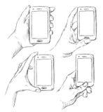 L'insieme di vettore dello scarabocchio passa lo Smart Phone umano tirato della tenuta illustrazione di stock