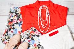 L'insieme variopinto dell'estate femminile copre dei colori bianchi ed arancio Fotografia Stock Libera da Diritti