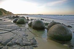 L'insolito, massi di Moeraki della sfera, al tramonto fotografia stock
