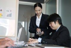 l'inspecteur financier analysent le rapport de plan comptable Homme d'affaires image libre de droits