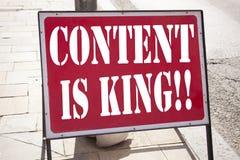 L'inspiration conceptuelle de légende des textes d'écriture de main montrant le contenu est roi Concept d'affaires pour des affai images stock
