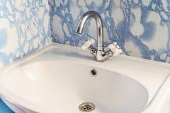 L'installation dans le coin a passé le lavabo au bichromate de potasse avec l'évier blanc image libre de droits
