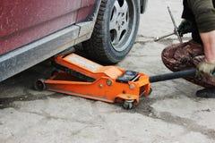 l'installation de la roue de voiture de tourisme et le remplacement le ressort fatiguent Photographie stock libre de droits